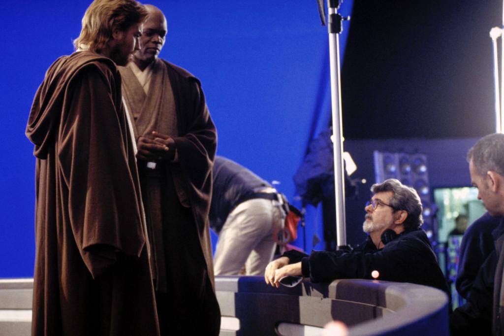 """Ewan McGregor, och Samuel L. Jackson samtalar med George Lucas, under inspelningen av """"Star wars episod II – Klonerna anfaller"""". Foto: Lucasfilm"""