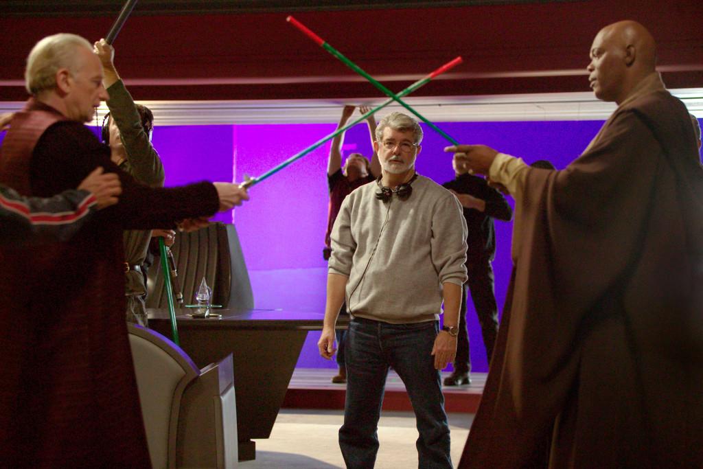 """På inspelningen av filmen """"Star wars III – Mörkrets hämnd"""". Från vänster, Ian McDiarmid, som spelar senator Palpatine, George Lucas och Samuel L. Jackson, som spelar Mace Windu. Foto: Lucasfilm"""