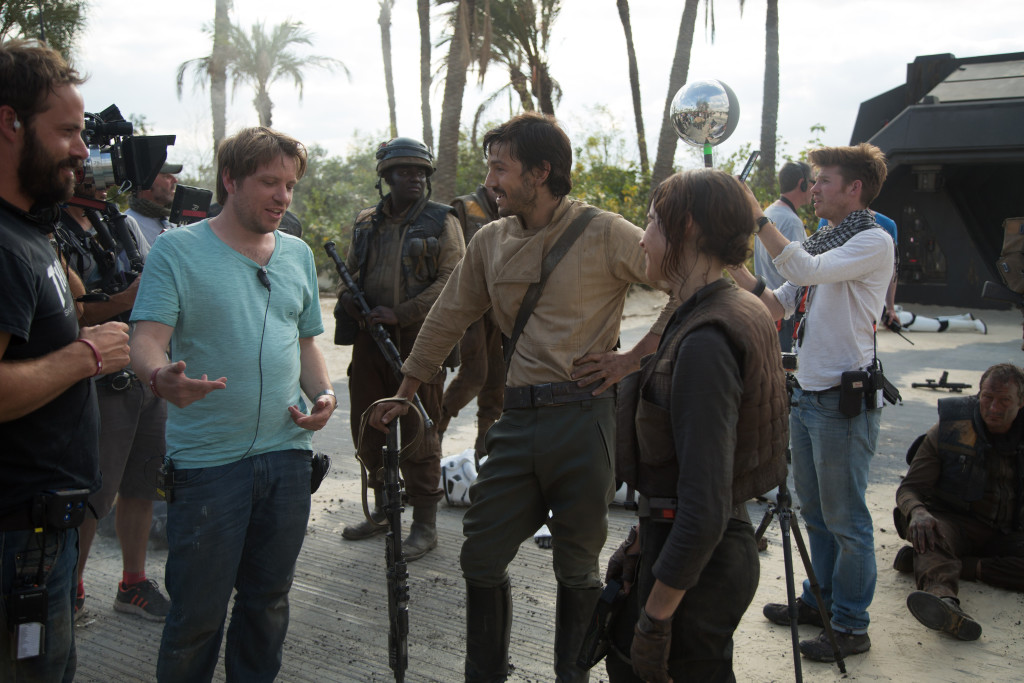 foto : / capital pictures / tt : - 2015-08-07 rogue one: a star wars story (2016) director gareth edwards on set with actors diego luna (cassian andor) and felicity jones (jyn erso) *filmstill - editorial use only* cap/kfs image supplied by capital pictures foto jonathan olley / capital pictures / tt / kod 70935 ref:  ***betalbild***